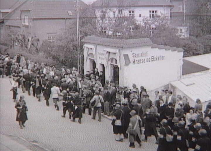 Frihedskæmpere på Jernbanevej i Holbæk d. 5. maj 1945. Foto: Nationalmuseet, Danmark