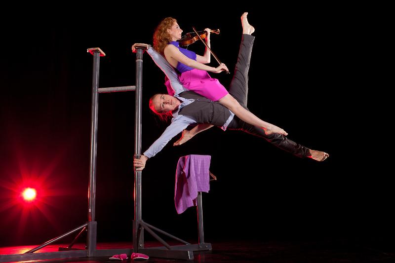 I cirkus Baldoni kan man blandt opleve en håndstandsartist med en violinspillende dame. PRfoto: Cirkus Baldoni.