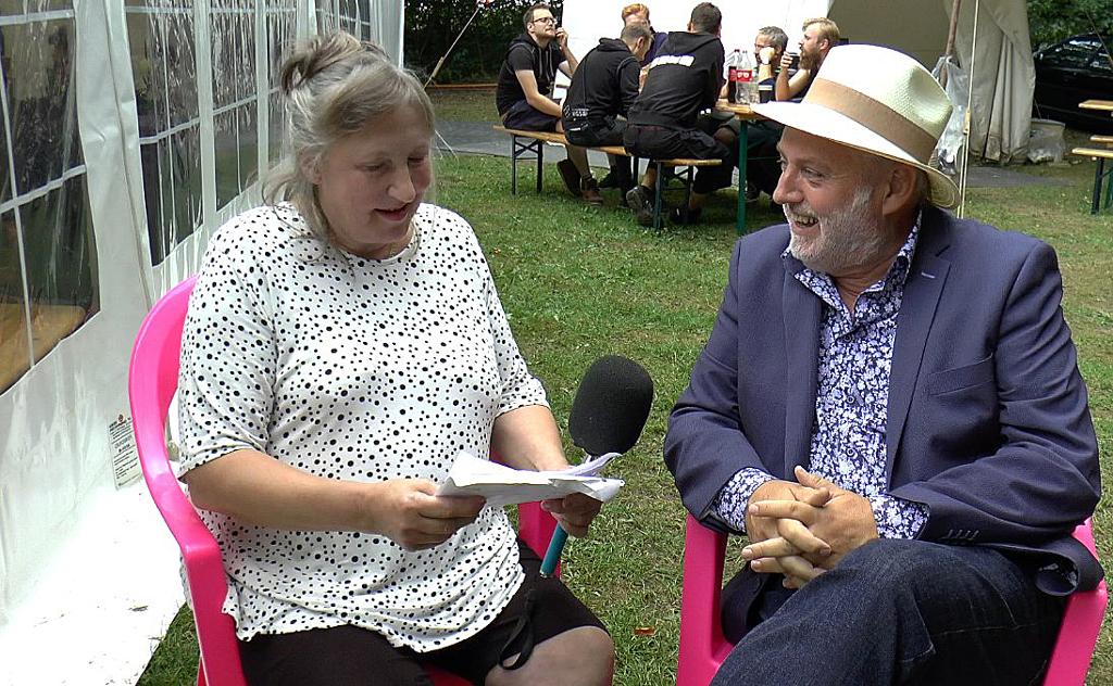 Holbækonline.dks medarbejders bedre halvdel Merete Ruud Hansen interviewer musiker m.m. Helge Engelbrecht. Foto:  Jesper von Staffeldt.
