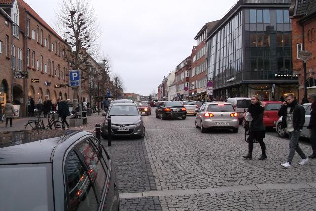 Sådan så Ahlgade i Holbæk ud lillejuleaftens dag.  Den skandaløse mangel på julehygge og julebelysning har fået byrådet til at betale for at der i år og de kommende år kommer lys op i bymidten. Arkivfoto: Torben Papillon.