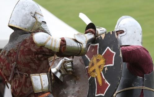 Voldsomt ser det ud, når soldaterne slås ved Holbæk Middelalder Dage. Arkiv foto: Rolf Larsen.