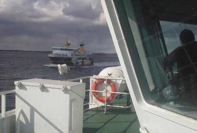 På vej hjem til Orø, mødte færgen kollegaerne fra færgen til Ærøskøbing med den flotte skibsside. Foto: Lars Wolfgang Hansen.