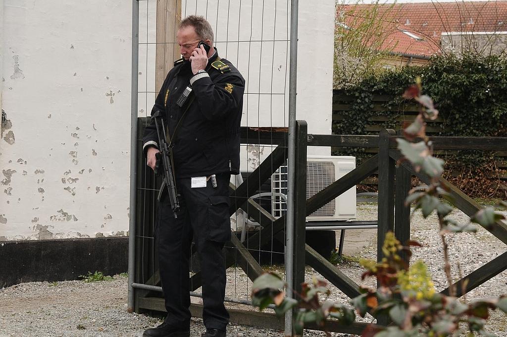 Maskinpistolbevæbnet politi var med under aktionen mod Bandidos i Holbæk. Foto: Alex Christensen