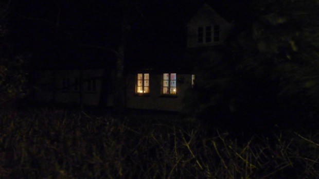 Stearinlys i vinduerne på Orø. Foto: Jesper von Staffeldt.