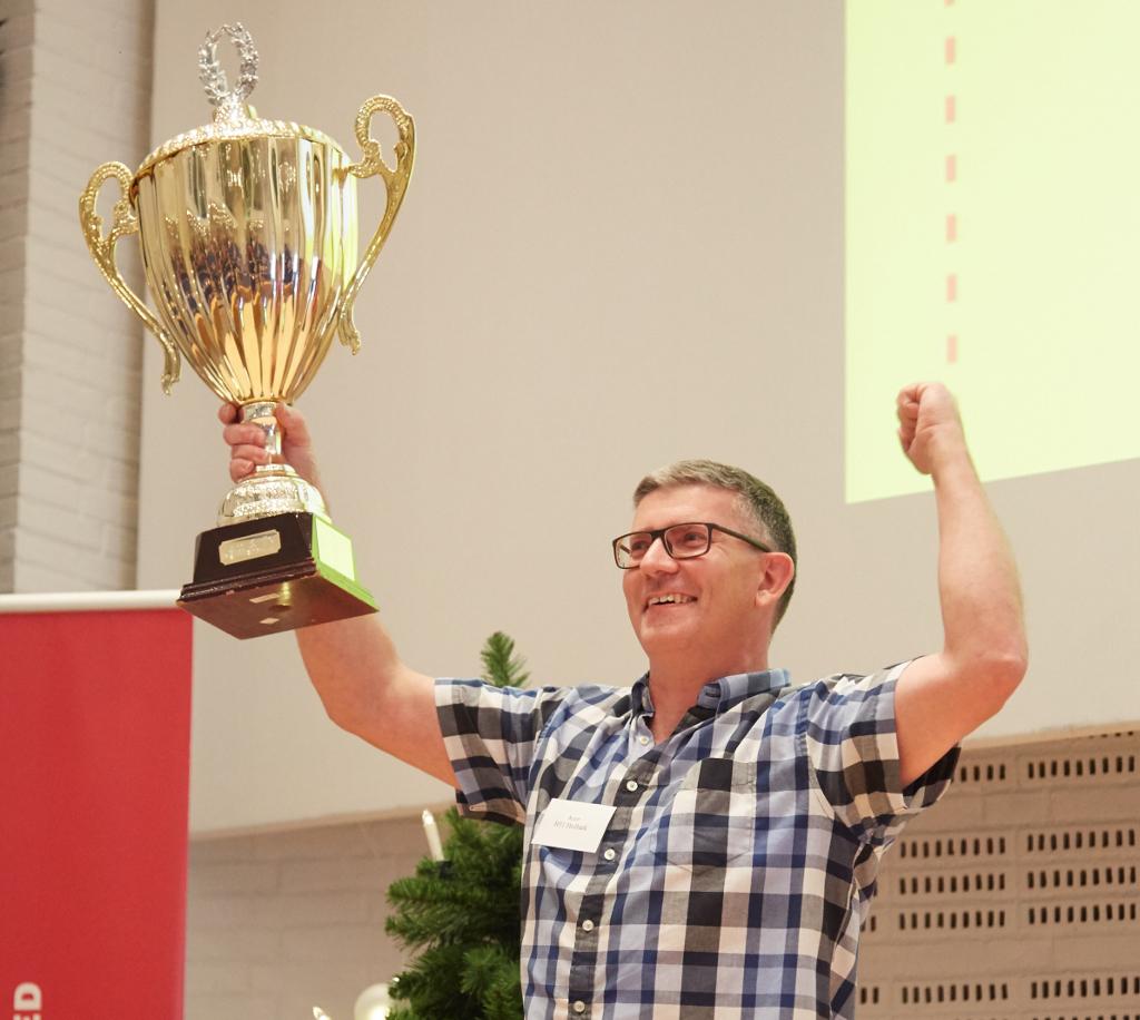 Butikschef Kim Drews hæver pokalen efter medarbejderne i jem & fix i Holbæk vandt kædens interne sæsonmesterskab. (PRfoto: Peter Quist for jem & fix A/S).