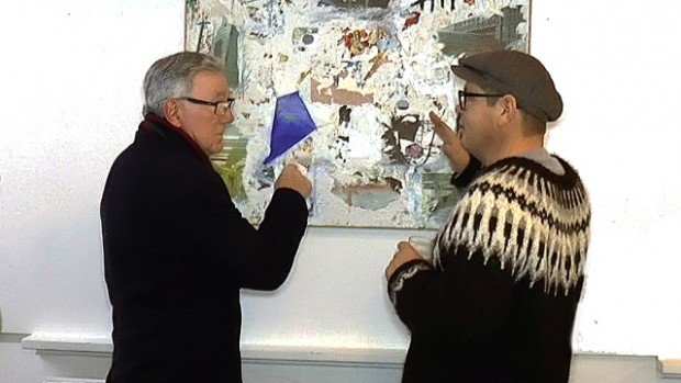 "Fra en fernisering på Orø Kro i januar måned. Månedens kunstner og nytilflytter er Jesper Banke Olesen, som ses til højre i billedet . Begge de to herrer på billedet har dog  det tilfælles de kommer  fra den ""mørke "" del af Danmark, nemlig Jylland. Foto: Jesper von Staffeldt."