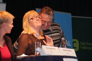 John Harpøth (DF) omfavner Agnete Dreier (SF) - Og Sine Agerholm (S) ser til. Foto: Rolf Larsen.