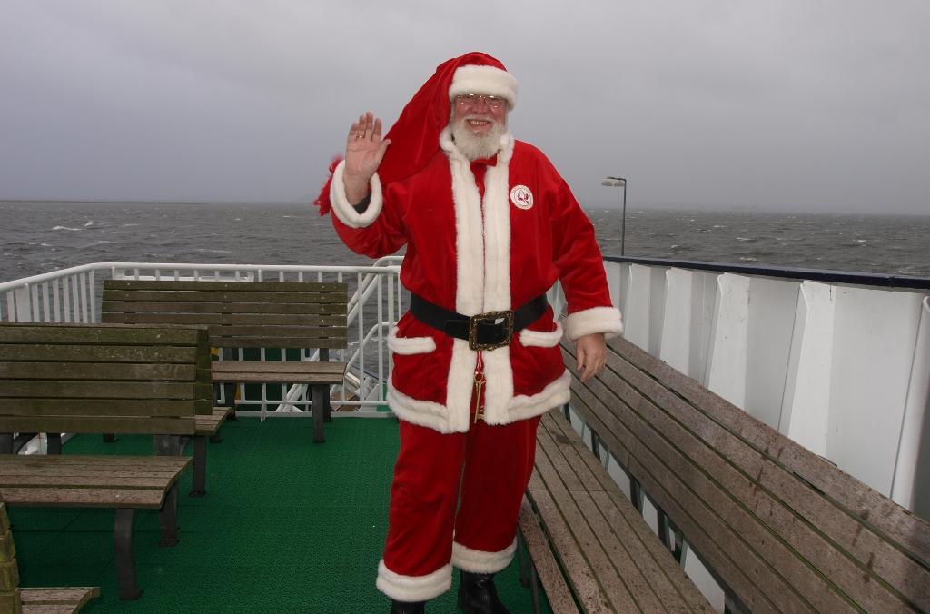 Julemanden vinker til alle læserne efter han er kommet ombord på