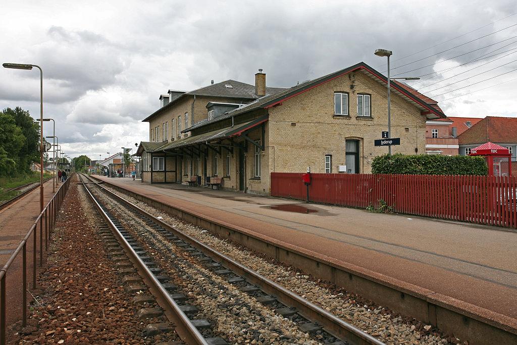 Et nyere billede af stationen i Jyderup. Foto: Trond Strandsberg (CC SA-BY 3.0)