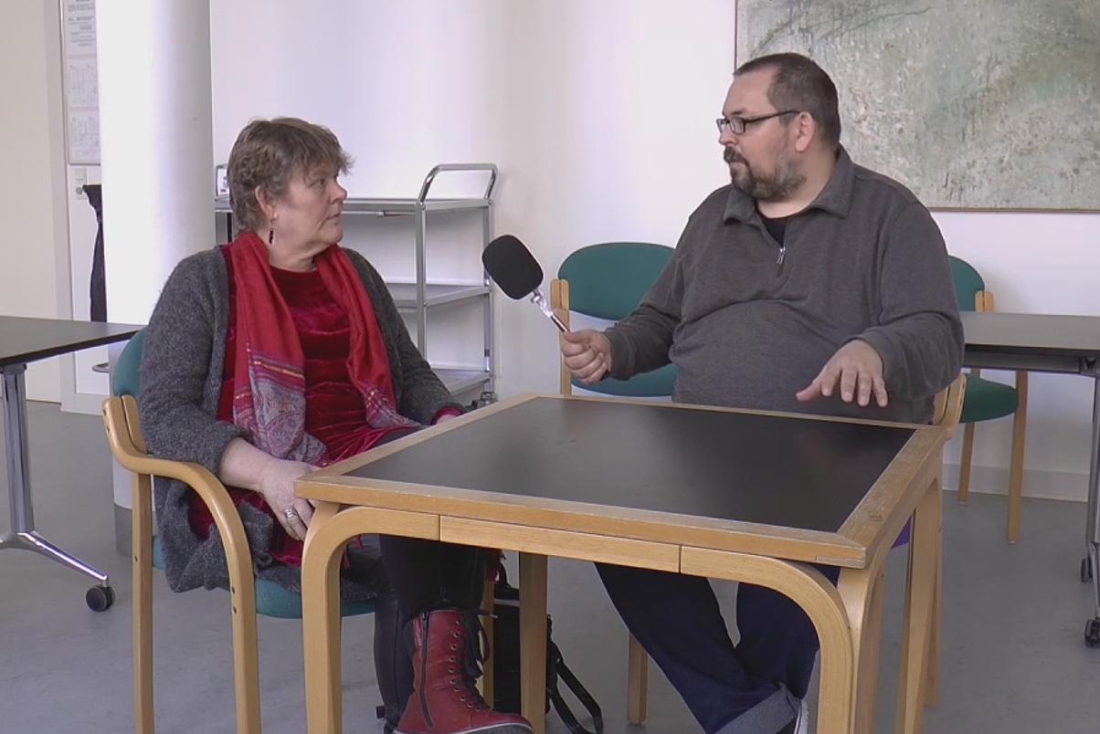Karen Thestrup Clausen fra Enhedslisten (tv) interviewes af Holbaekonline.dks Rolf Larsen (th). Foto: Jesper von Staffeldt.