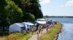 Der plejer at komme mange mennesker til Kildemarkedet i Strandparken. Foto: Michael Johannessen.