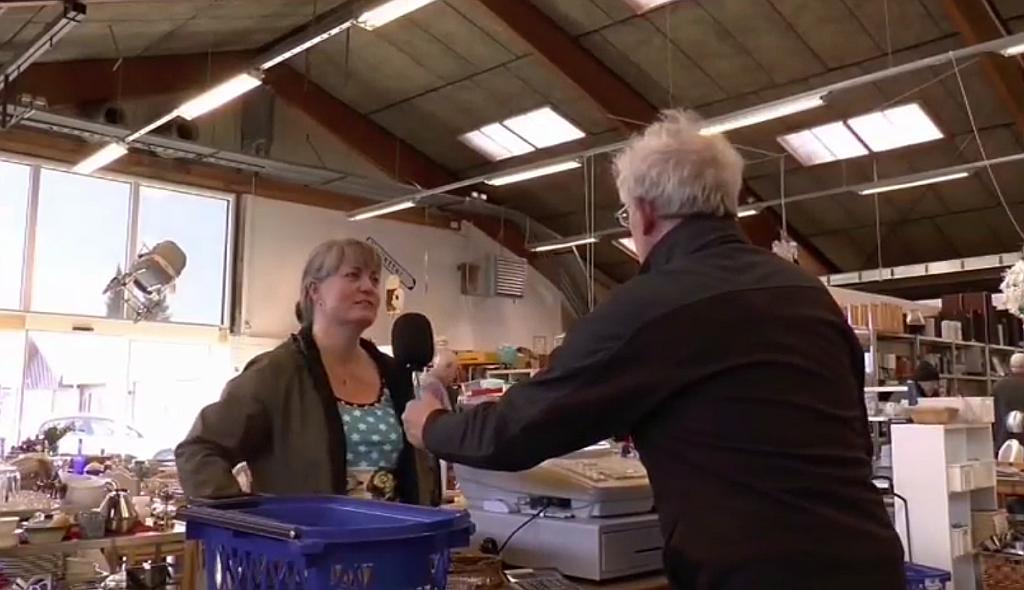 Der er gang i forretningen på Kommunekram i Holbæk. Se mere om Kommunekram i Holbaekonline.dks udsendelse på LokalKanalen. (Screendump).