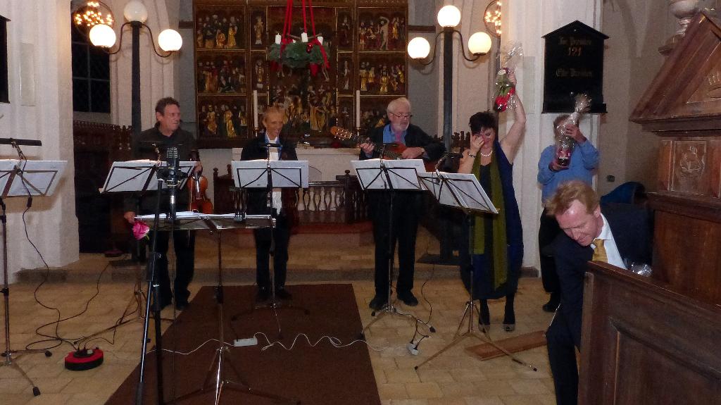Gitta Maria Sjöberg og De Nordiske Spillemænd i Holmstrup Kirke. Foto: Jesper von Staffel.dt