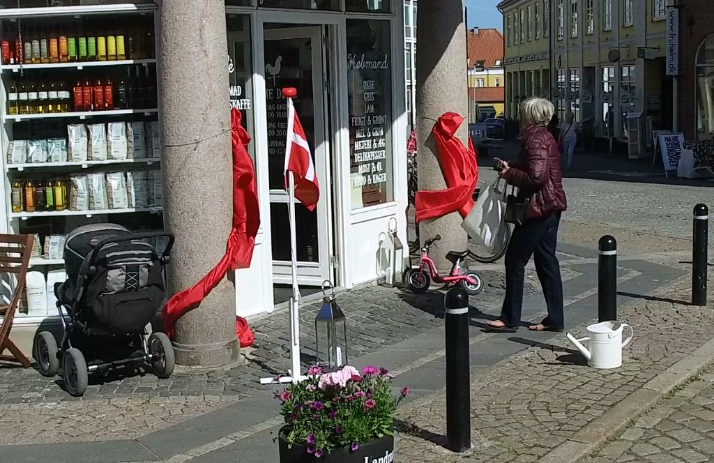 """En Gårdbutik i Holbæk bymidte ?? Jo det er sandt for i dag åbnede """"Landmad """" samme sted hvor Gaya musik lå inden de flyttede til Smedelundsgade. Foto: Jesper von Staffeldt."""