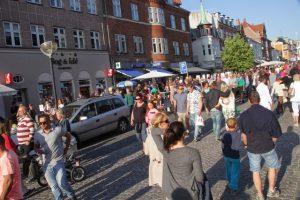 Fredag holder butikkerne i Holbæk midtby åben til kl. 22 i anledning af aftensalget. Foto: Rolf Larsen.