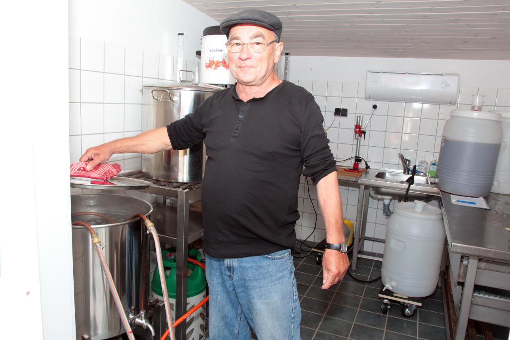 Ole Evers på Orø går op i ølbrygning med liv og sjæl, og en tilbygning til sommerhuset er udelukkende indrettet til det ædle håndværk. Foto: Jesper von Staffeldt.