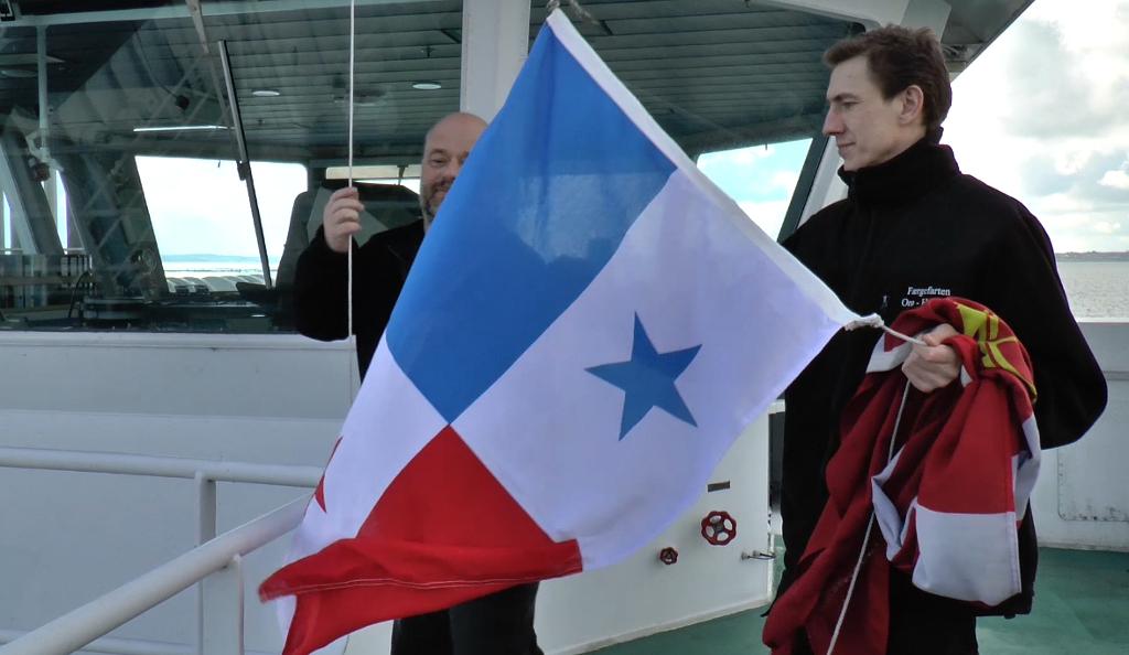 Sådan så det ud, da Orøfærgen her til morgen skiftede fra det smukke Dannebrog til det panamanske flag.  Foto: Jesper von Staffeldt.
