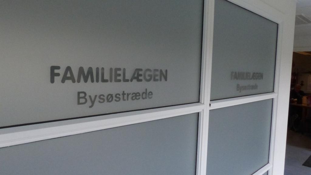 Mange har hørt, at der fredag er reception hos Orøs nye læge, men det er der ikke. Foto: Jesper von Staffeldt.