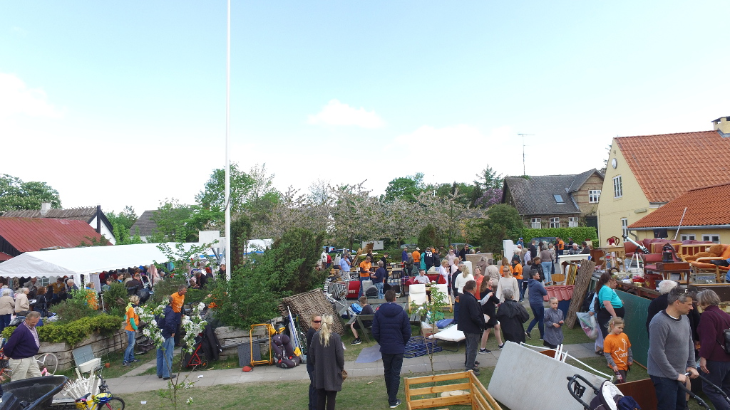 Mange lagde vejen forbi pinseloppemarkedet, der gav et rekordoverskud til glæde for børnene på Orø skole og -børnehus. Foto: Jesper von Staffeldt.