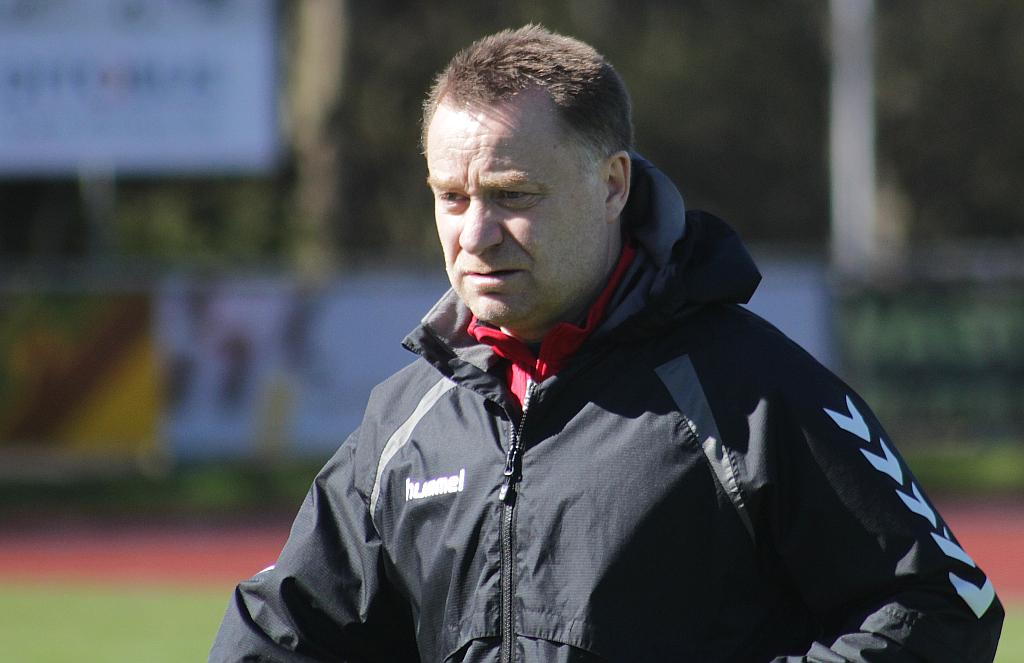 Cheftræner Peter Ebbe Tønder stopper efter denne sæson - og det sker med en fuldbragt mission: At sikre Holbæk overlevelse i 2. division. Foto: Rolf Larsen.