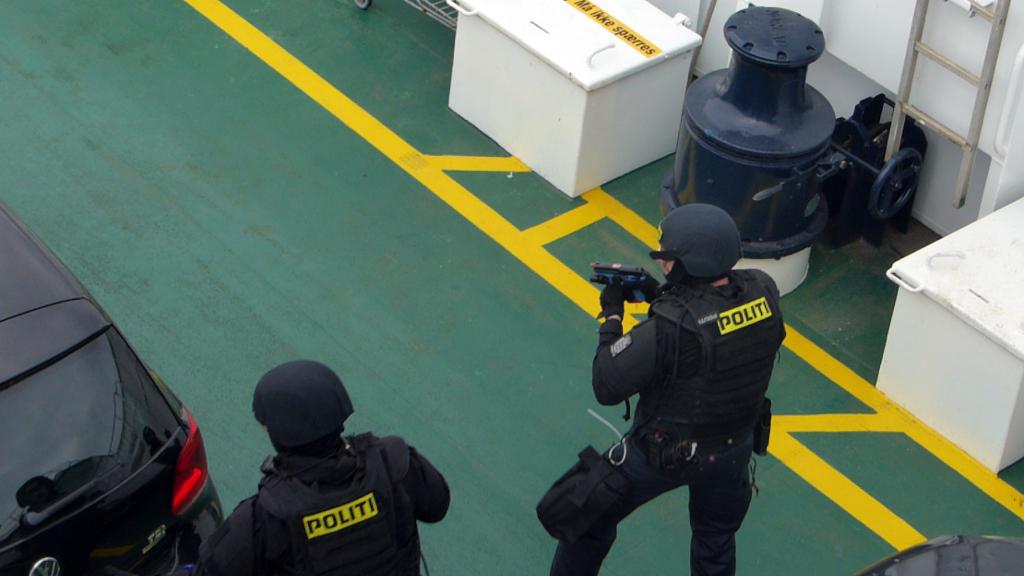 Svært bevæbnet politi indtog torsdag Orøfærgen. Det var heldigvis blot en øvelse. Foto: Jesper von Staffeldt.