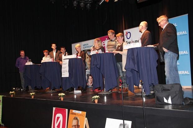 De ti partier og listers spidskandidater på scenen i Elværket. Foto: Rolf Larsen.
