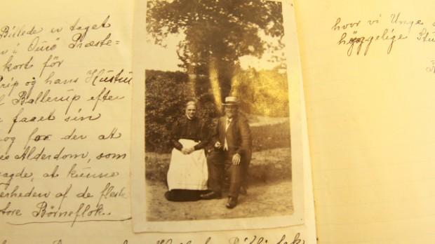 På billedet ses et håndskrevet kopi af dagbogen samt et billede af Pastor Prip i moden alder (omkring 1910).