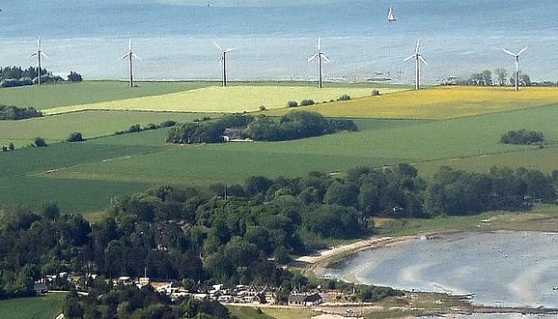 Der er tanker fremme om at skifte disse 6 vindmøller ved Salvig på Orø ud med 150 meter høje kæmpevindmøller. Foto: Jesper von Staffeldt.