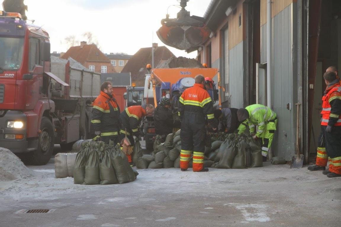 Sådan så det ud, da beredskabet fyldte sandsække i forbindelse med stormen Bodil for godt tre år siden. Foto: Morten Sundgaard - Skadestedsfotograf.dk