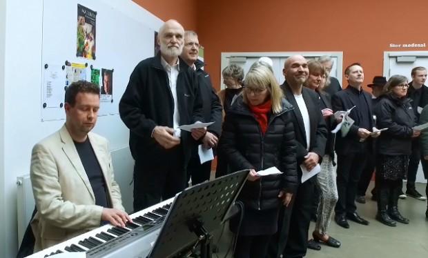 """Sangskaderne gav lørdag koncert på Holbæk Bibliotek. Også  det fremmødte publikum fik flere gange mulighed for at synge med under koncerten med """"Sangskaderne"""". Foto: Jesper von Staffeldt."""