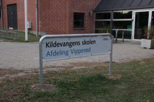 Vi må håbe, at de nye skolenavne ikke resulterer i stavefejl på skiltene igen - her er det fra Kildevangens Skole ved den seneste navneændring i 2013. Foto: Rolf Larsen
