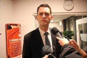 Søren Kjærsgaard taler med pressen på valgnatten i 2013. Nu er han klar til at tage en periode mere som borgmester. Foto: Rolf Larsen.