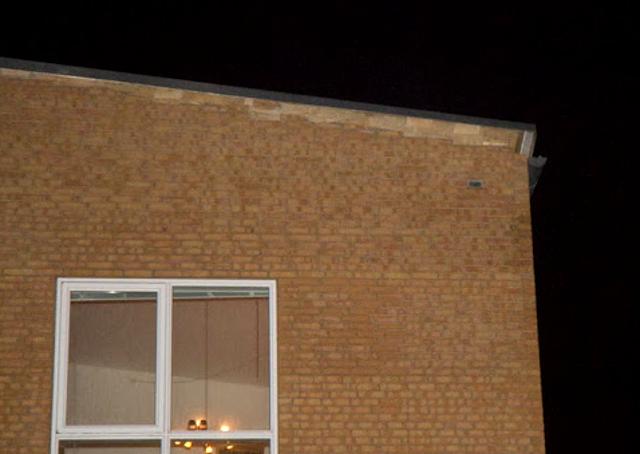 Man ser her tydeligt, hvordan taget løftet væk fra muren af stormen. Foto: Michael Johannessen.