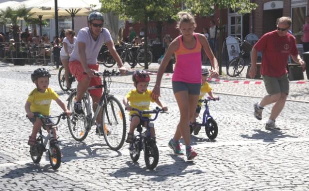 Det er glade børn som disse, der prøver cykelløb på Ahlgade, der var med til at gøre TV2 på tour-arrangementet en succes, mener Emrah Tuncer. Foto: Rolf Larsen.
