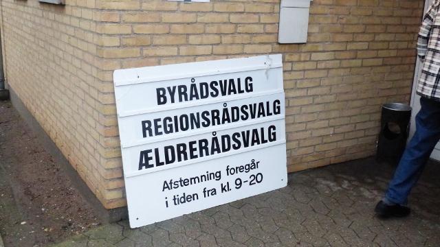 Her er et tydeligt skilt - men ikke alle skiltene ved valgstederne var lige tydelige, viser en analyse fra kommunens administration. Foto: Jesper von Staffeldt.