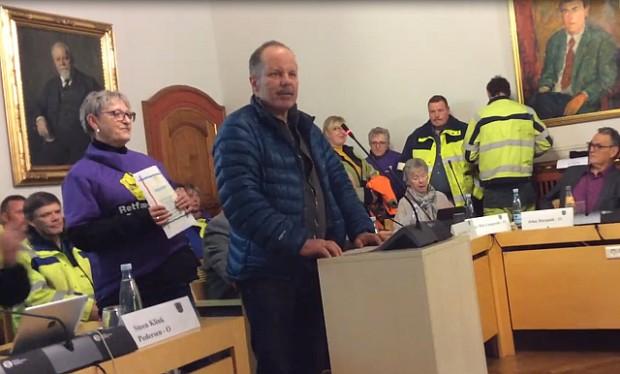 Fagligsekretær hos 3F, Klaus Rokkedal, taler til byrådets medlemmer. Foto: Screendump fra video.